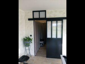 orte verrière de style atelier reliant l'extension chambre-dressing à la partie salle de billard