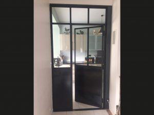 Porte verrière de style atelier reliant l'extension au séjour