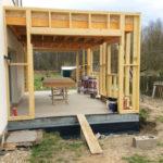 Construction de l'ossature en bois pour ce projet d'agrandissement de maison