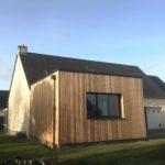 Une extension pour l'entrée de la maison en bois