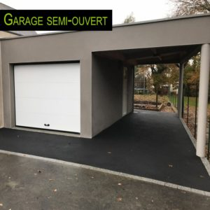Une extension de garage fermée et un carport