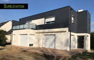 Une extension de maison avec un étage surélevé
