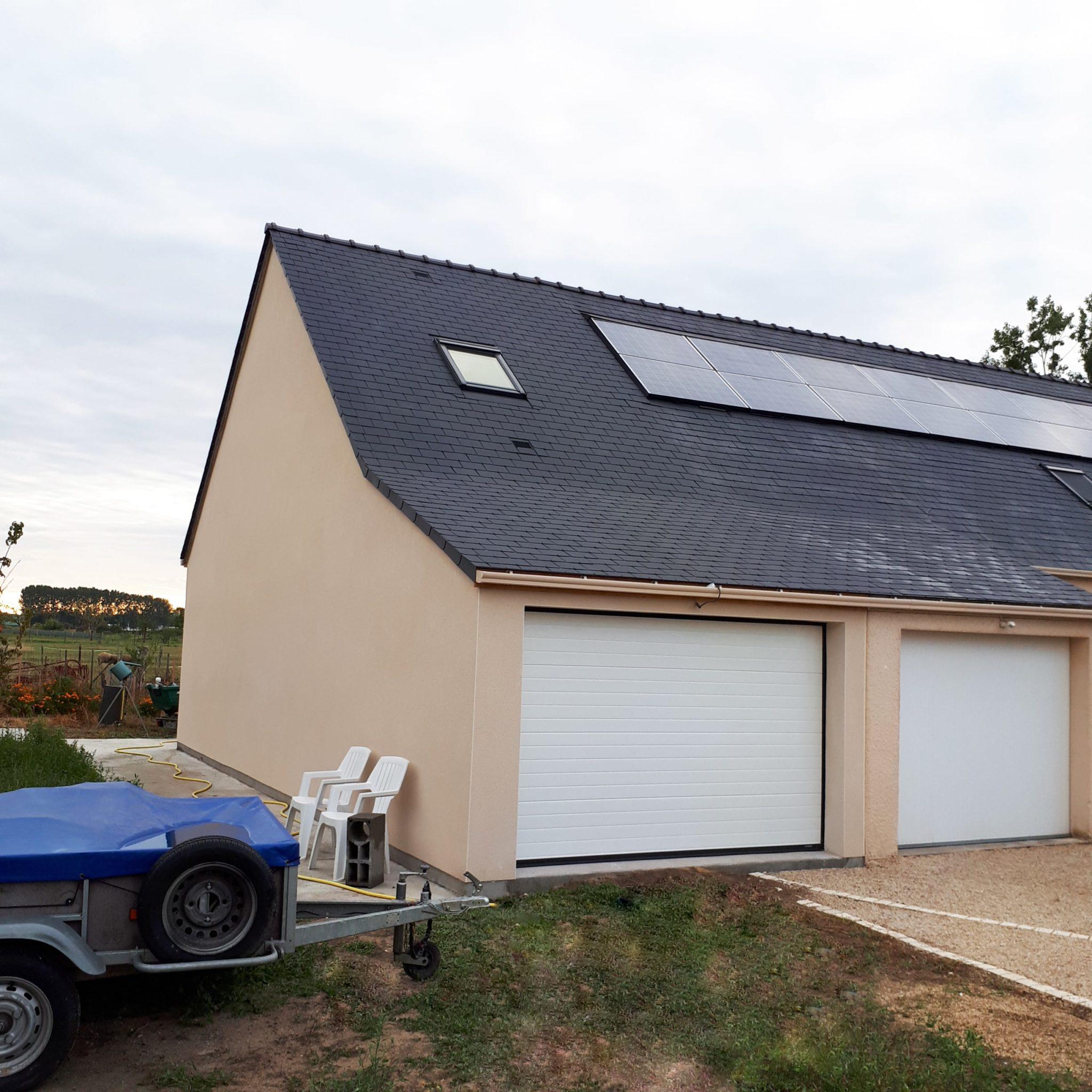 Nouveau garage avec une porte électrique