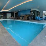Une piscine et un espace détente