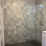 Une douche au sein de la salle de bain