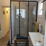 Une douche dans la salle de bain