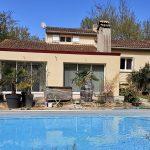 Une extension de maison contemporaine aux abords de la piscine