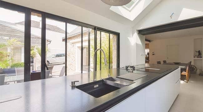Une extension verrière de cuisine style atelier
