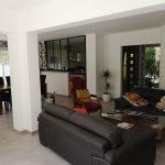 L'espace salon de l'extension de maison contemporaine à Saint-Sulpice-et-Cameyrac