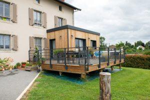 Un extension et une terrasse en bois