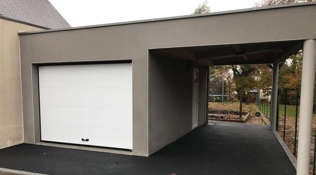 Un garage et un carport avec une toiture plate